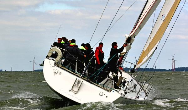 Zeilen met een schipper op het IJsselmeer