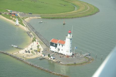 uitzicht vanuit klein watervliegtuig