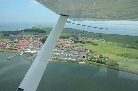 uitzicht uit klein watervliegtuig