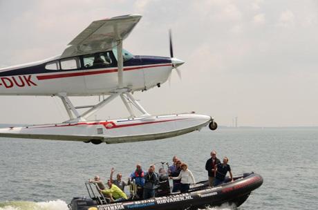 klein watervliegtuig met RIB