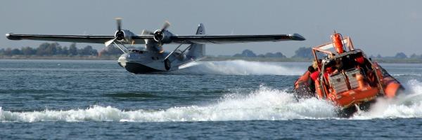 Watervliegtuig en RIB varen