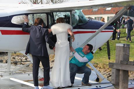Bruiloftspaar stapt in het watervliegtuig