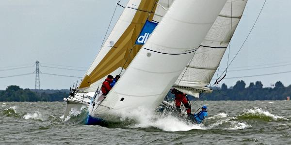 Tegen elkaar Wedstrijdzeilen op het IJsselmeer